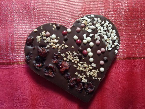 Schokoladenherz aus Zartbitterschokolade mit Streuungen